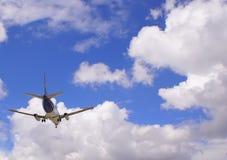 De hemelwolken van het vliegtuig Stock Afbeelding