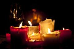 De hemtrevliga ljusen av stearinljus från döfärgstearinljusen Royaltyfria Foton
