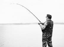 De hengelsport van de visser op de rivier royalty-vrije stock foto's