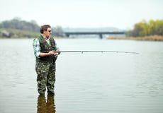 De hengelsport van de visser op de rivier royalty-vrije stock fotografie