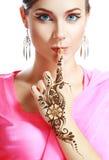 De henna van het vrouwengezicht op hand Stock Afbeelding