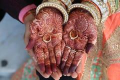 De hennatatoegering op vrouwen overhandigt ook ringen op hand Stock Foto