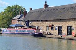 De herberg van de Boot bij stookt Bruerne op. Stock Fotografie