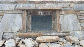 De herdenkingsplaque bij het topgedenkteken op MT Mitchell dichtbij Marion NC Stock Fotografie