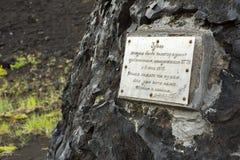 De herdenkingsplaque ter ere van volcanologists heeft de Spleetuitbarsting 1975 van Tolbachik van de het Noordendoorbraak Grote b royalty-vrije stock afbeelding