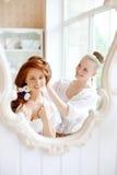 De herenkapper maakt de bruid op de huwelijksdag stock fotografie