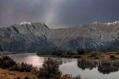 De herfst is aan de bergen gekomen stock afbeelding