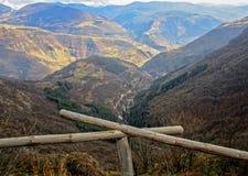 De herfst in de bergheuvels royalty-vrije stock afbeeldingen