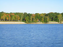 De herfst bij de Rand van het Water royalty-vrije stock fotografie