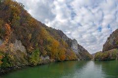 De herfst bij de Kloven van Donau en Decebal-het konings` s Hoofd beeldhouwden binnen Royalty-vrije Stock Foto