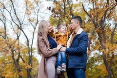 De herfst bosgang met de zoonsfamilie stock foto