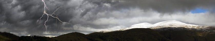 De herfst in de bergen van Europa stock afbeeldingen