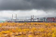 De herfst in de stad boven de Noordpoolcirkel Stock Afbeeldingen