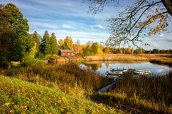 De herfst door meer Sottern in Zweden Stock Foto