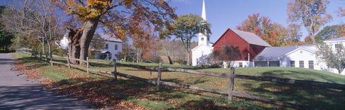 De herfst in dorp royalty-vrije stock afbeelding