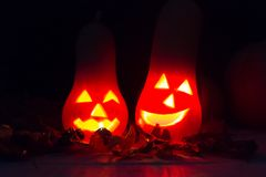 De herfst en Halloween-decoratie in het licht van de kaars in dark Royalty-vrije Stock Afbeelding