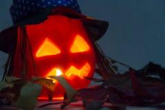 De herfst en Halloween-de decoratie met gesneden pompoenen met heks zien en schouwen licht onder ogen Royalty-vrije Stock Afbeelding