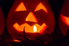 De herfst en Halloween-decoratie met pompoenen die met kaarslicht worden gesneden Stock Afbeeldingen