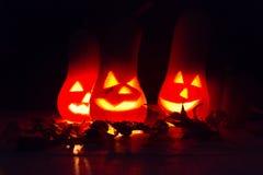 De herfst en Halloween-de decoratie met pompoenen sneden in het kaarslicht in dark Royalty-vrije Stock Foto's