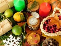 De herfst en de winterattributen Oud horloge in het midden royalty-vrije stock foto's
