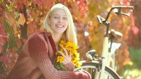 De herfst gelukkig meisje en vreugde Het dromerige meisje met lang haar breit binnen sweater  stock footage