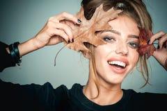 De herfst gelukkig meisje en vreugde Het gezicht van de glimlach Het portret van de manierkunst van mooie sensuele vrouw De herfs royalty-vrije stock afbeeldingen