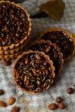 De herfst heerlijke cakes met noten op plaat Stock Foto
