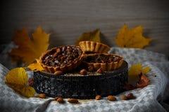 De herfst heerlijke cakes met noten op plaat Stock Afbeelding