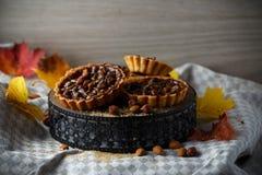 De herfst heerlijke cakes met noten op plaat Stock Afbeeldingen
