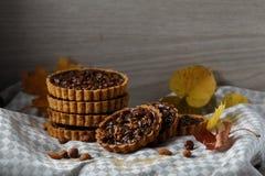 De herfst heerlijke cakes met noten op plaat Royalty-vrije Stock Afbeeldingen