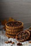 De herfst heerlijke cakes met noten op plaat Royalty-vrije Stock Afbeelding