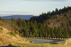 De herfst, het Blauwe Brede rijweg met mooi aangelegd landschap van de Rand Stock Fotografie