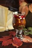 De herfst hete thee met citroen, kruiden in glaskop Royalty-vrije Stock Fotografie