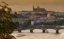 De herfst humeurige mening over het de Vltava-rivier en kasteel van Praag Royalty-vrije Stock Afbeelding