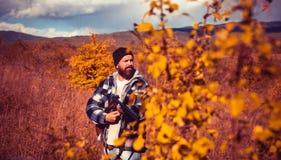 De herfst jachtseizoen Jager met jachtgeweerkanon op jacht Autunm de jacht stock foto's