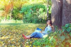 De herfst, jeansmeisje buiten stock foto