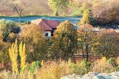 De herfst kleurrijk bomen en buitenhuis Stock Foto