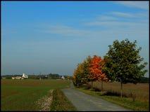 De herfst komt in het dorp Royalty-vrije Stock Afbeeldingen