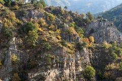 De herfst ladscape met bos rond Krichim-Reservoir, Rhodopes-Berg, Bulgarije royalty-vrije stock afbeelding