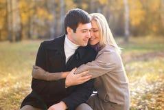 De herfst, liefde, verhouding en mensenconcept - gelukkig paar stock afbeelding