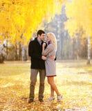 De herfst, liefde, verhoudingen en mensenconcept - mooi paar Royalty-vrije Stock Fotografie