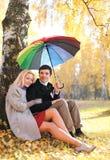 De herfst, liefde, verhoudingen en mensenconcept - mooi paar royalty-vrije stock afbeelding