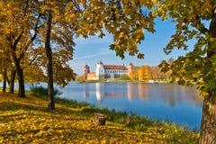 De herfst in Mir Castle Royalty-vrije Stock Afbeelding
