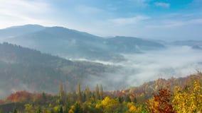 De herfst Misty Morning in de Bergen stock video