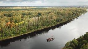 De herfst Mooi landschap van de rivier Westelijke Dvina stock video