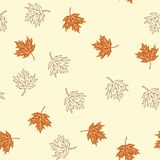 De herfst naadloos patroon met bruine esdoornbladeren op beige backgro Royalty-vrije Stock Afbeelding