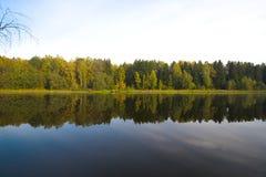 De herfst op de lake Stock Afbeelding