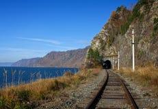 De herfst op de spoorweg circum-Baikal royalty-vrije stock afbeeldingen