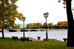 De herfst op de dijk met lantaarns Stock Afbeeldingen