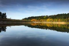 De herfst op meer royalty-vrije stock foto's